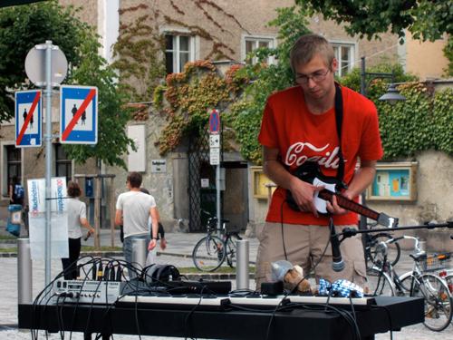 Una performance di musica elettronica in piazza Pfarrplatz