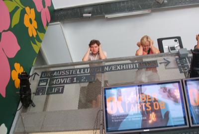 alcuni visitatori ascoltano l'opera touched echo