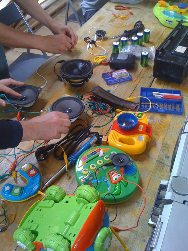 Tools, toys, speakers and other stuff used during the workshop. Photo by RadioPapesse.