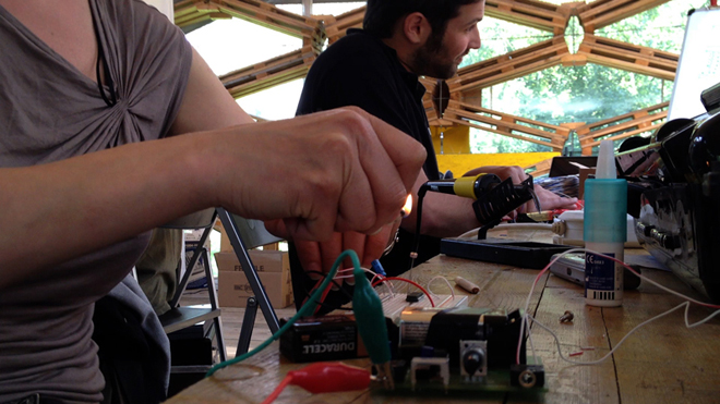 Hands on the circuits. Photo by RadioPapesse.
